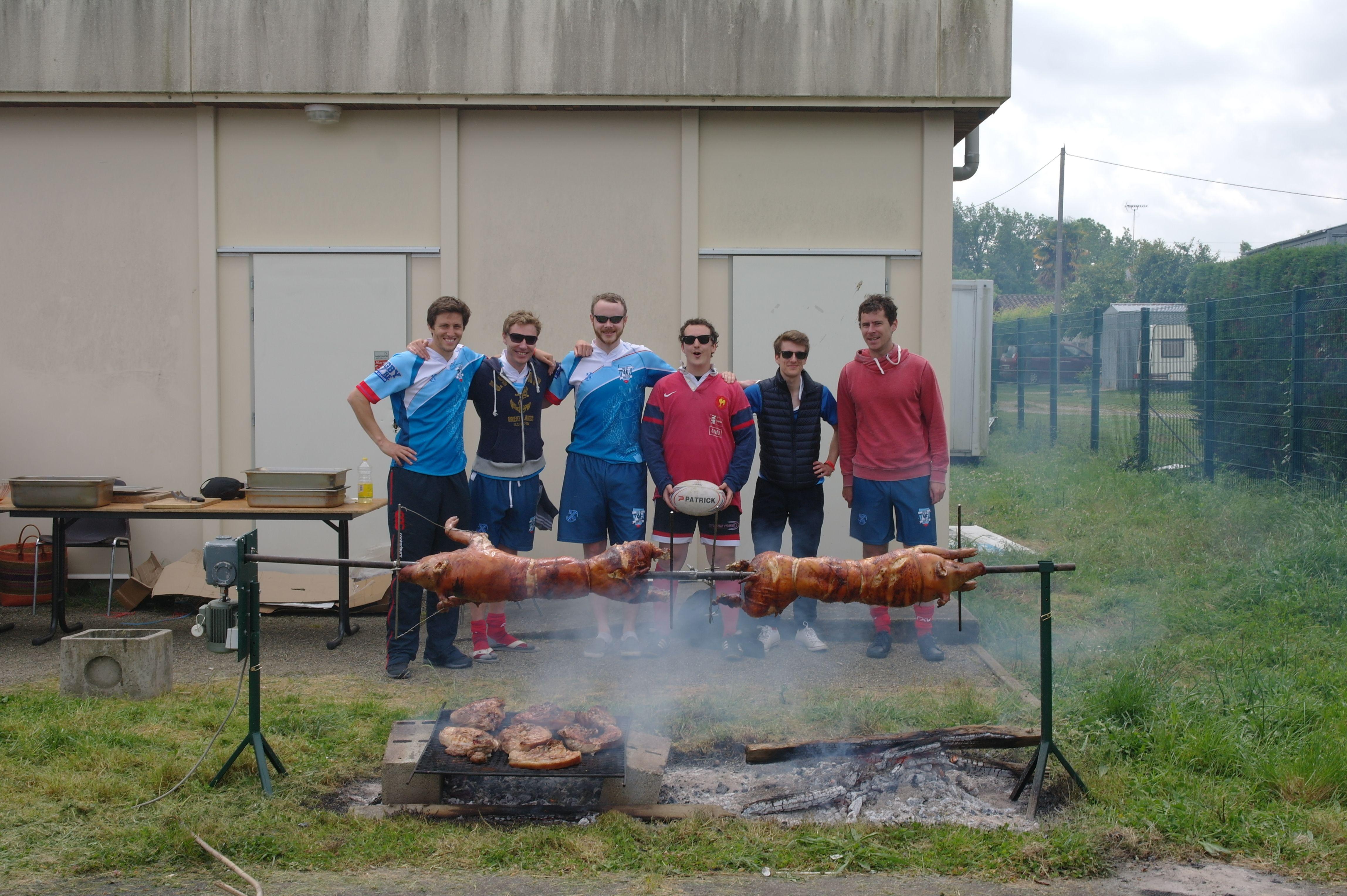 Pause déjeuner bien méritée, l'équipe pose devant les cochons